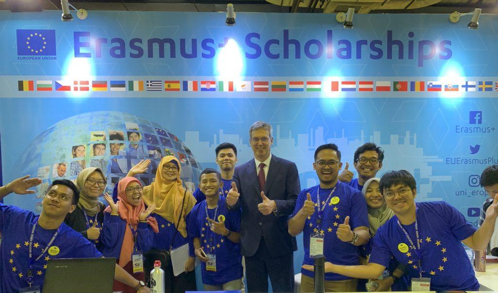 Bapak Vincent Piket kunjungi booth Erasmus Plus lores