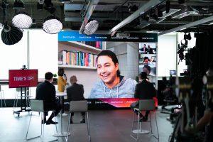 Shariff Raffi, pendiri dari startup solusi teknologi asal Indonesia, Outpos, berinteraksi dengan para juri pada salah satu sesi pitching di Kompetisi Pitch Global JUMPSTARTER 2021