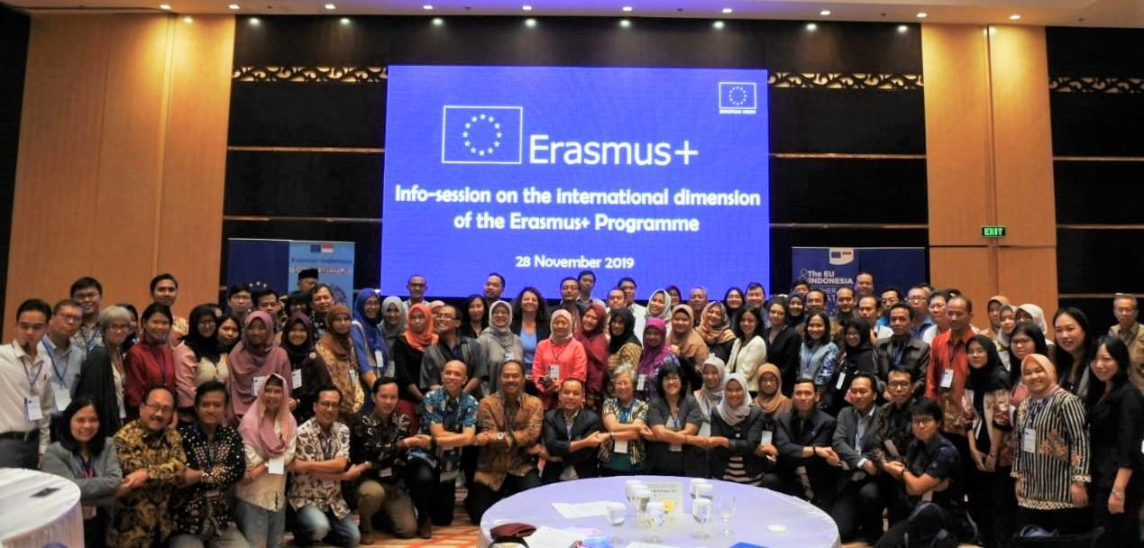 Seluruh peserta sesi informasi Erasmus Plus dari berbagai perguruan tinggi, berfoto bersama, 28Nov19